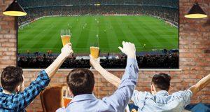 clientes de un bar viendo el fútbol