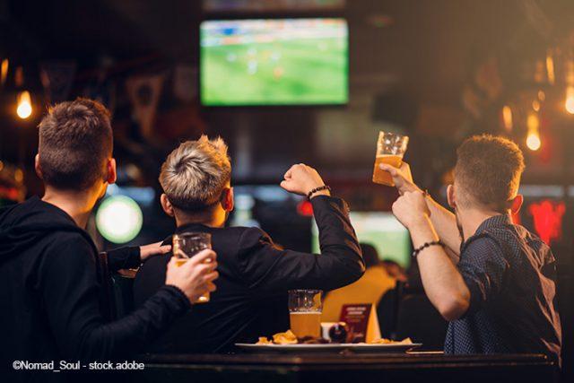 amigos viendo el fútbol en un bar